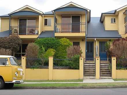 Townhouse - 2/24 Brisbane S...