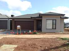 House - 17 Jasper Way, Melton South 3338, VIC